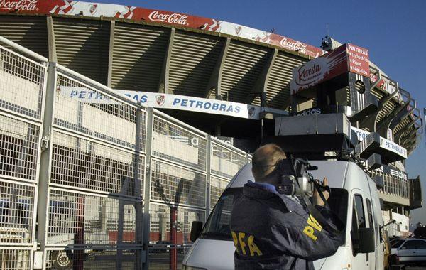 Una filmación de la Policía Federal detectó movimientos extraños en una de las tribunas del Monumental.