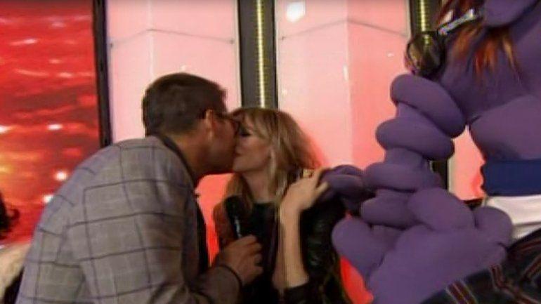 Guillermina Valdés bailó desatada y se llevó un beso en la boca