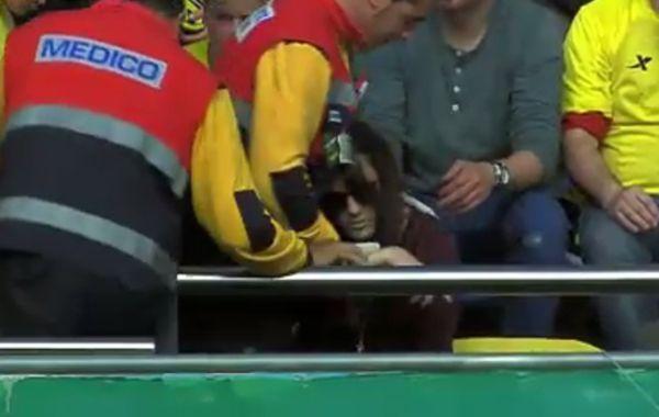 El crack rosarino le dio un tremendo pelotazo a una fan de Villarreal que quedó nocaut