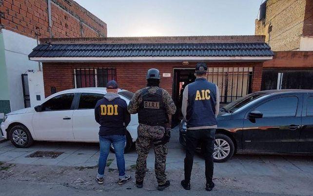 Efectivos policiales durante el allanamiento realizado en la zona sur de Rosario.