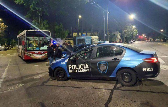Una mujer policía mató a un adolescente que subió a robar a un colectivo