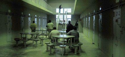Para desalojar comisarías rosarinas llevan 160 presos a la cárcel de Piñero