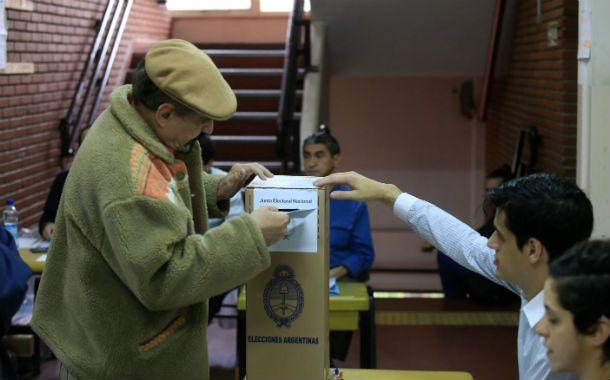 Las urnas comienzan a recibir los votos en las escuelas rosarinas. (Foto: S. Toriggino)