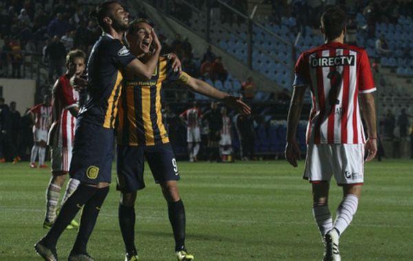 Los delanteros Ruben y Larrondo se abrazan para festejar el 2-1.