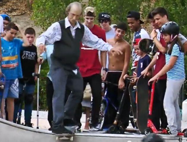 El anciano skater va en busca de su aprobación.