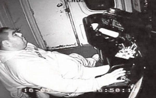Increíble pero real. Walter Milanesa Rodríguez fue filmado durmiendo mientras conducía una formación.