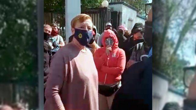 Video: la jefa de Policía salió a la calle y advirtió que si queman cubiertas no hay diálogo