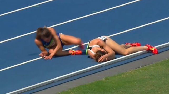 Las corredoras se ayudaron mutuamente y llegaron últimas para fundirse en un conmovedor abrazo.