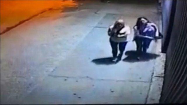 Un video muestra a una mujer arrojando un extraño polvo frente a los portones de la comuna de Maciel