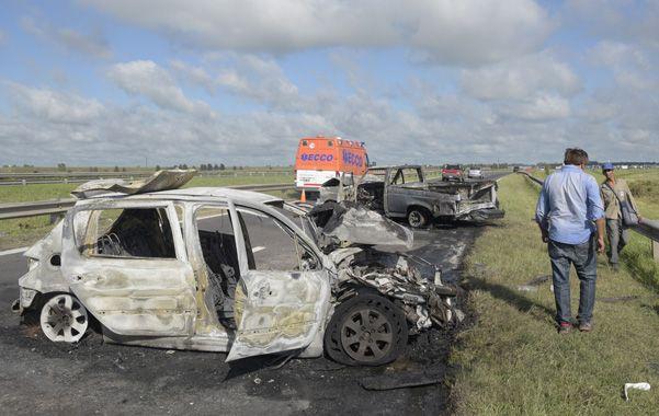 Siniestrados. El Peugeot 307 y la pick-up quedaron destruidos por las llamas. (Sebastián Suárez Meccia / La Capital)