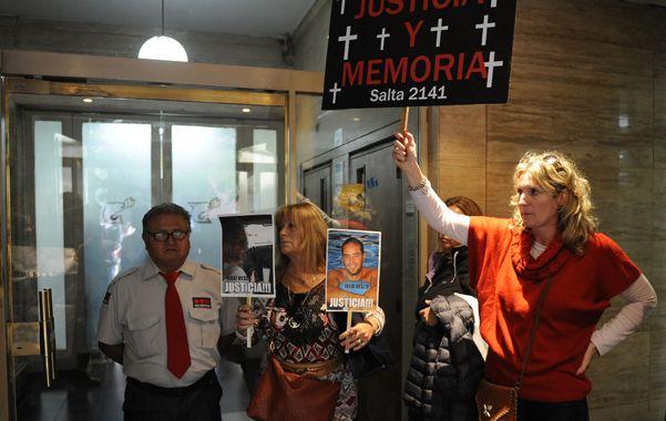 Bronca. La sede de Litoral Gas fue escenario el martes de un escrache por parte de familiares de las víctimas de la explosión.