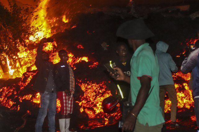 El frente de lava del volcán la madrugada de este domingo en las afueras de Goma.