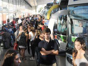 Agitada jornada en la terminal de ómnibus por el turismo del fin de semana largo