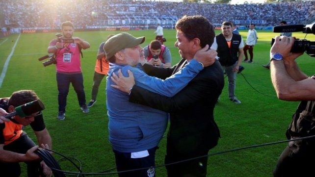 Abrazo afectuoso. Maradona y Gallardo se saludaron antes del partido en La Plata.