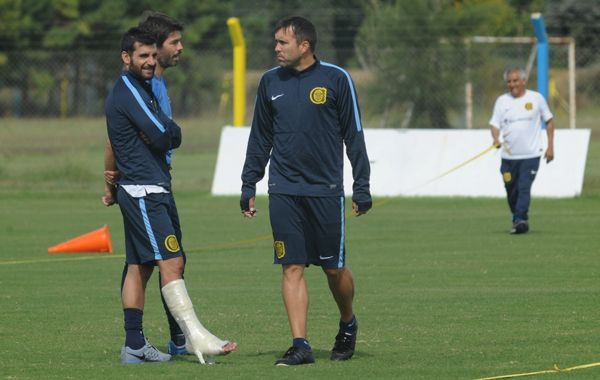 Ferari dialoga con el Chacho Coudet y con Ariel Garcé. Se observa la bota que aún debe llevar por su lesión. (Foto: C. Mutti Lovera).