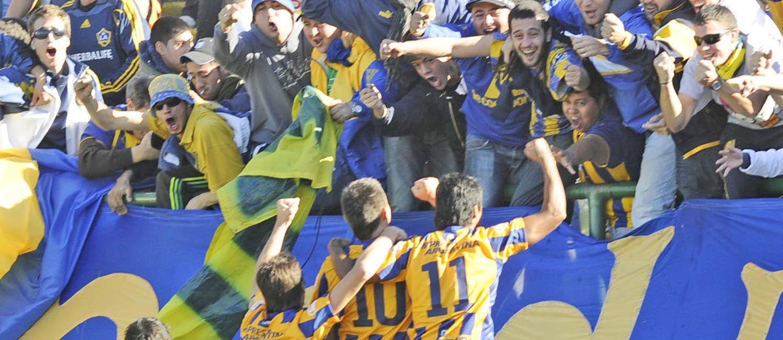 Abrazo de gol. Castillejos festeja junto a Ferrari y Ricky Gómez. (S. Suárez Meccia)