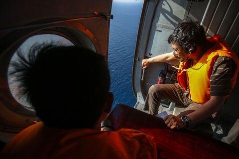 Militares vietnamitas en un helicóptero durante la misión de búsqueda del vuelo MH370