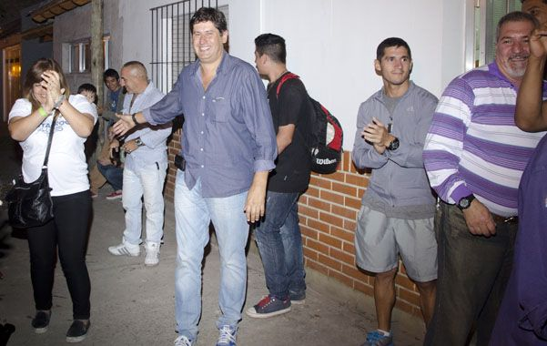 Festejo. Roly Santacroce celebró junto a colaboradores y simpatizantes el resultado provisorio del escrutinio.