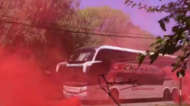 Newells: inusual caravana en rojo y negro para despedir al plantel desde Bella Vista