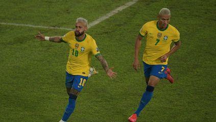 Richarlison persigue a Ney en un festejo durante la Copa América. Es la foto que compartió en Instagram.
