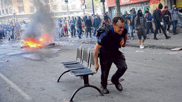 En la calle. Chile no logra recuperar la calma tras manifestaciones y disturbios que comenzaron ya hace 13 días.