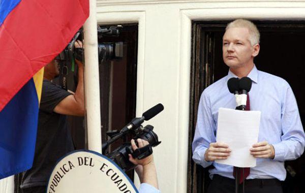 Assange sufre una afección pulmonar que podría agravarse, afirmaron