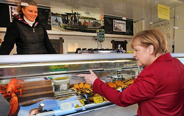 A Angela Merkel le gusta ir de compras. Su vida austera seduce a los alemanes.