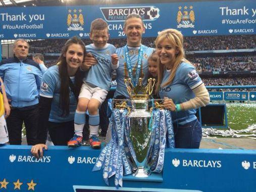 Los futbolistas recibieron el cariño de sus mujeres y sus familias.