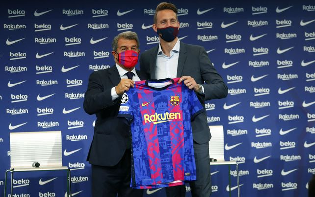El presidente del FC Barcelona, Joan Laporta y el delantero holandés Luuk De Jong posan para los medios de comunicación durante su presentación oficial tras fichar por el club de Barcelona, España, el jueves 9 de septiembre de 2021.