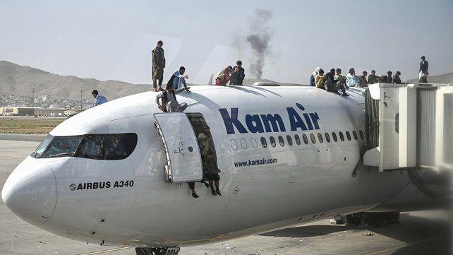 Miles de personas acudieron hoy al aeropuerto de Kabul en un intento por huir del país