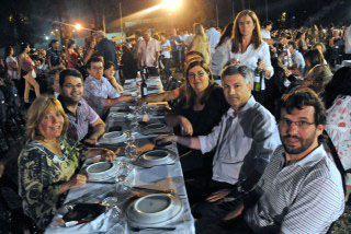 La velada nocturna. El encuentro contó con la presencia de autoridades municipales.