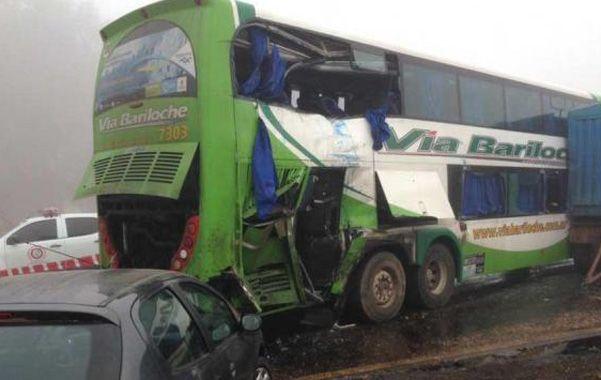 Tragedia vial. El colectivo de Via Bariloche fue embestido en la parte trasera por un camión
