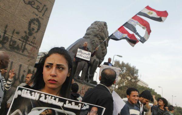 Indignacion. Una joven recuerda en la plaza Tahrir a un estudiante asesinado por la policía.