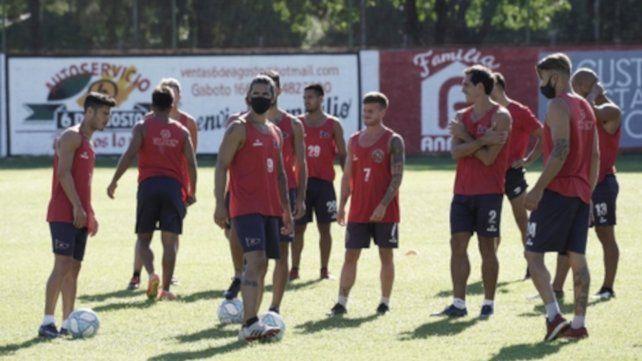 Todos unidos. El plantel charrúa trabajó en el estadio Gabino Sosa en la previa al partido definitorio en cancha de Berazategui.
