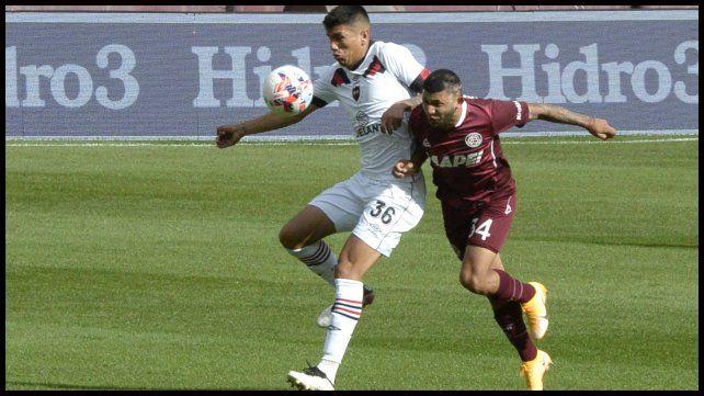 Nico Castro aguanta la marca de Pérez.