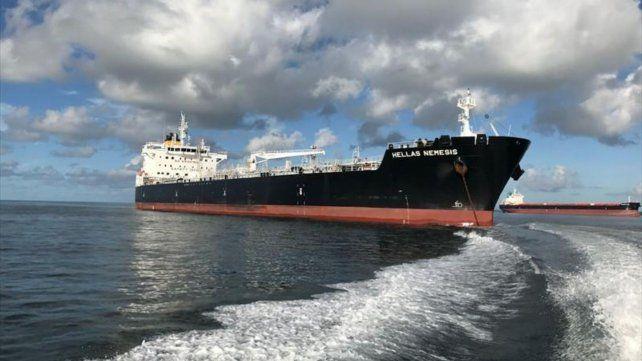 """El buque Hellas Nemesis navega bajo la bandera de Malta. Había partido desde el puerto """"Madre de Deus Brasil"""" con el personal testeado"""