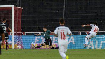 Rompió el cero. Palacios sacó un derechazo ante la salida de Aguerre y puso el 1 a 0 para el rojo.