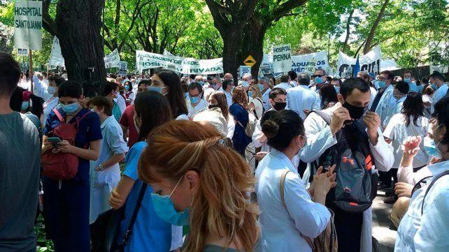 La masiva caravana de médicos marchó hacia la sede de gobierno porteño.