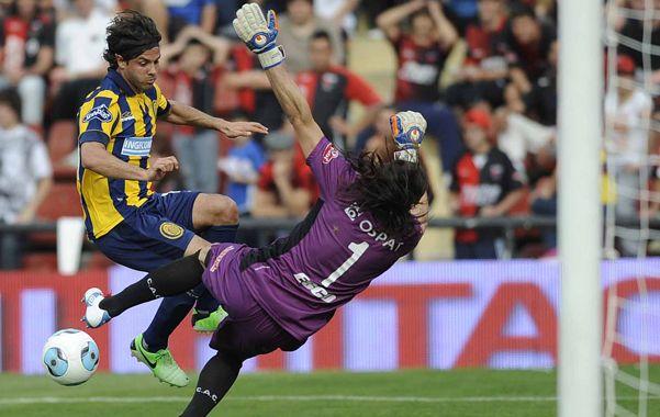¡Penal! Montoya derriba a Lagos en el área. Abreu lo convertirá en el transitorio empate. (foto: Francisco Guillén)