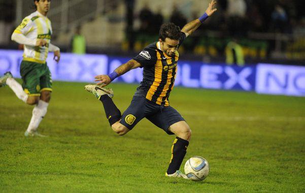 Letal. Franco Niell saca el remate y marca el tercer gol en la victoria ante Aldosivi
