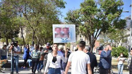 Manifestantes escracharon al profesor en la plaza 25 de Mayo de Santa Fe.
