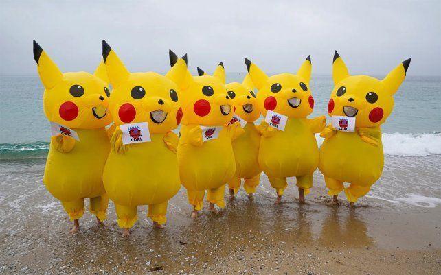 Manifestantes vestidos como personajes de Pikachu se manifiestan en la playa de Gyllyngvase en Falmouth