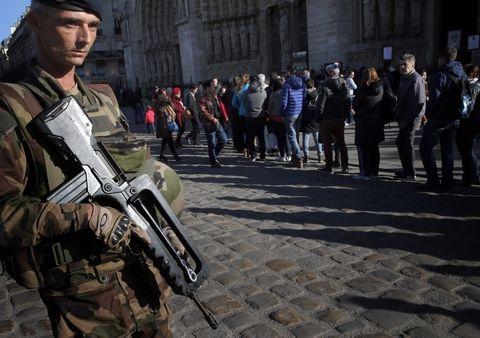 Un soldado francés custodia el frente de la catedral de Notre Dame tras los atentados. (Foto: AP)