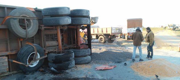 Uno de los camiones terminó tumbado con acoplado incluido. (Fotos: Sebastián S. Meccia)