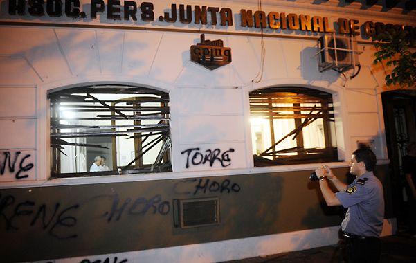 Destrozos. Una fracción destruyó y quemó las ventanas y puertas. (Foto: H. Río)