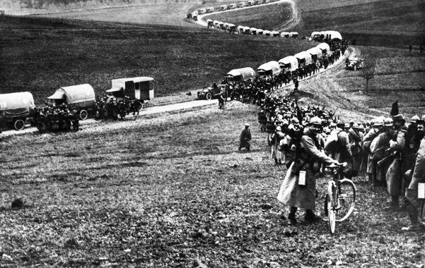Soldados franceses mueves tropas y cargas durante la larga batalla de Verdún.