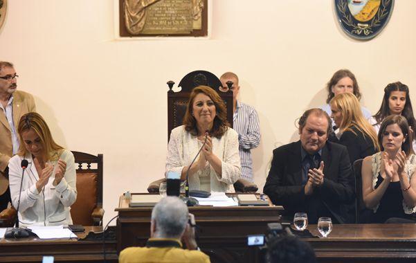 Primer discurso. La reelecta jefa del Palacio de los Leones concluyó su mensaje y fue aplaudida por las nuevas autoridades del Concejo. (Marcelo Bustamante / La Capital)