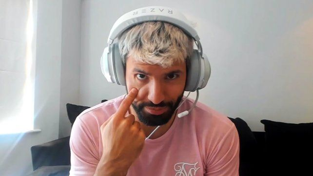El Kun Agüero continúa su recuperación mientras se divierte con los juegos online.