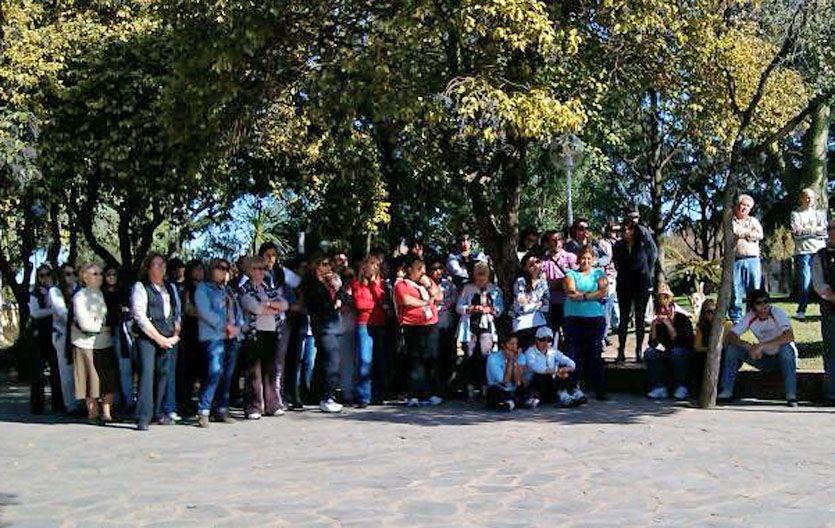 Vecinos en la calle. La gente de Villa Eloísa reclamó mayor prevención de los delitos.