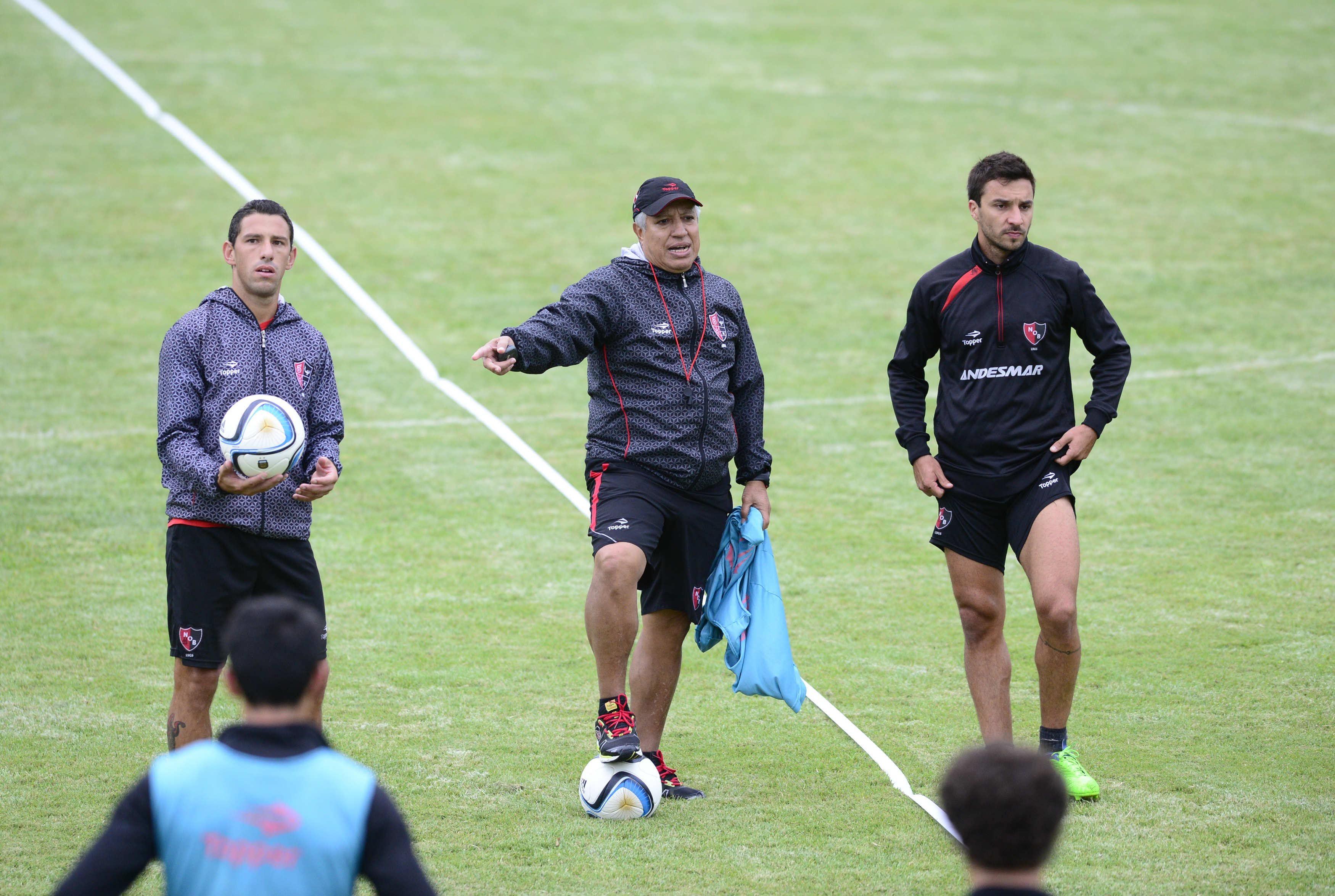 El técnico rojinegro junto a Maxi Rodríguez y Scocco durante un entrenamiento en la costa. (H.Rio)